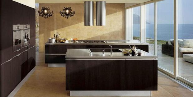 На коричневой кухне хорошо будут смотреться зеленые и темно-красные акценты.